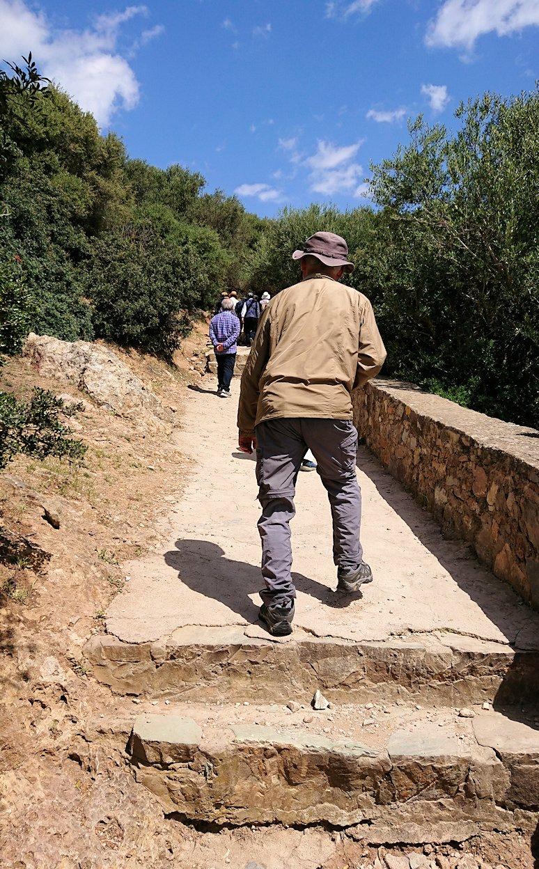 チュニジア:イシュケウル国立公園の階段を登って行きます9