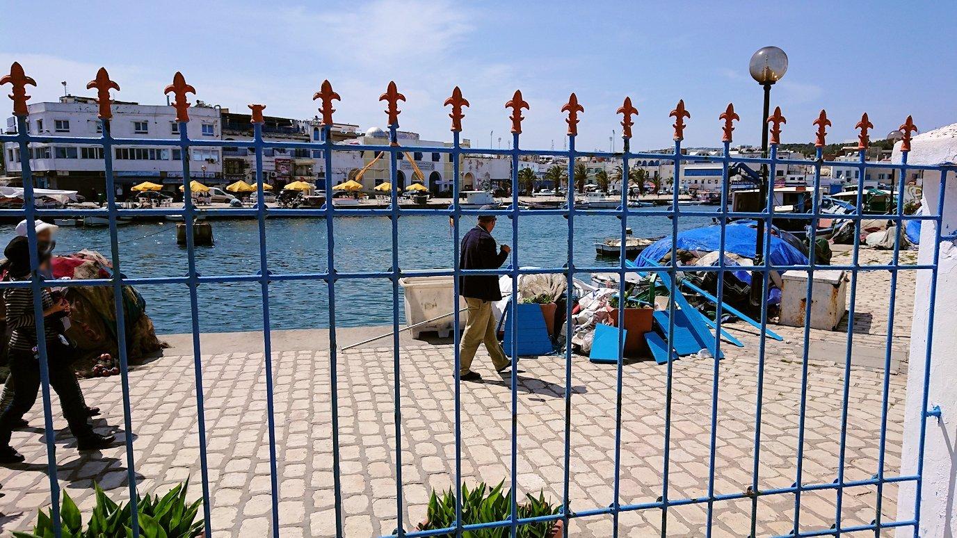 チュニジア:ビゼルトの街の船型レストランのデッキでまったりと5