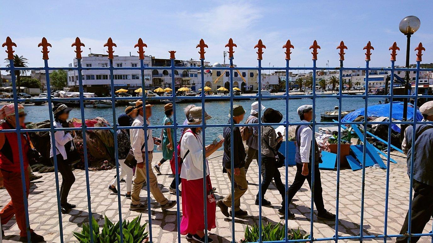 チュニジア:ビゼルトの街の船型レストランのデッキでまったりと6