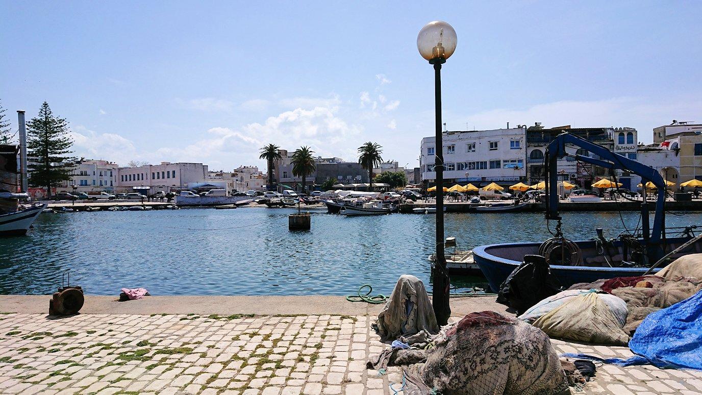 チュニジア:ビゼルトの街の船型レストランのデッキでまったりと8