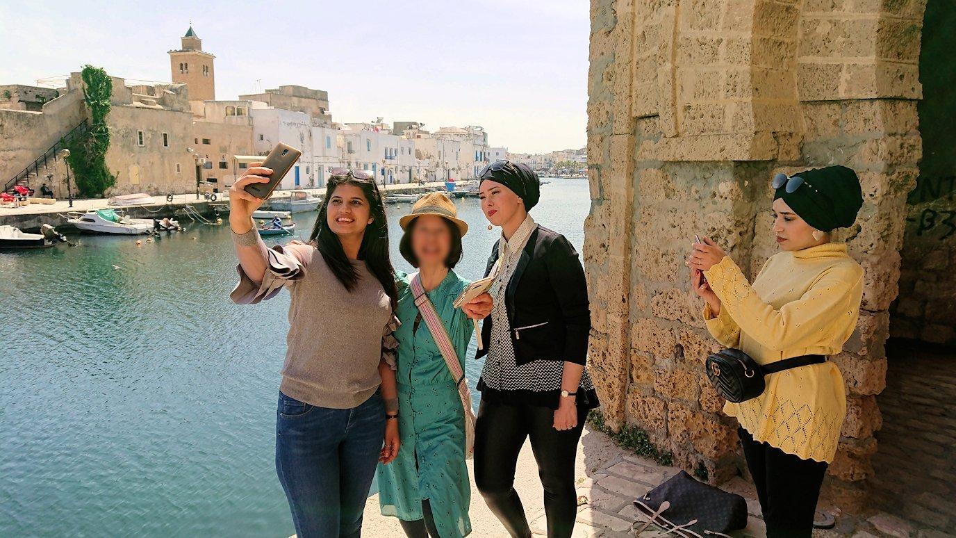 チュニジア:ビゼルトの街のカスバの城壁付近で1