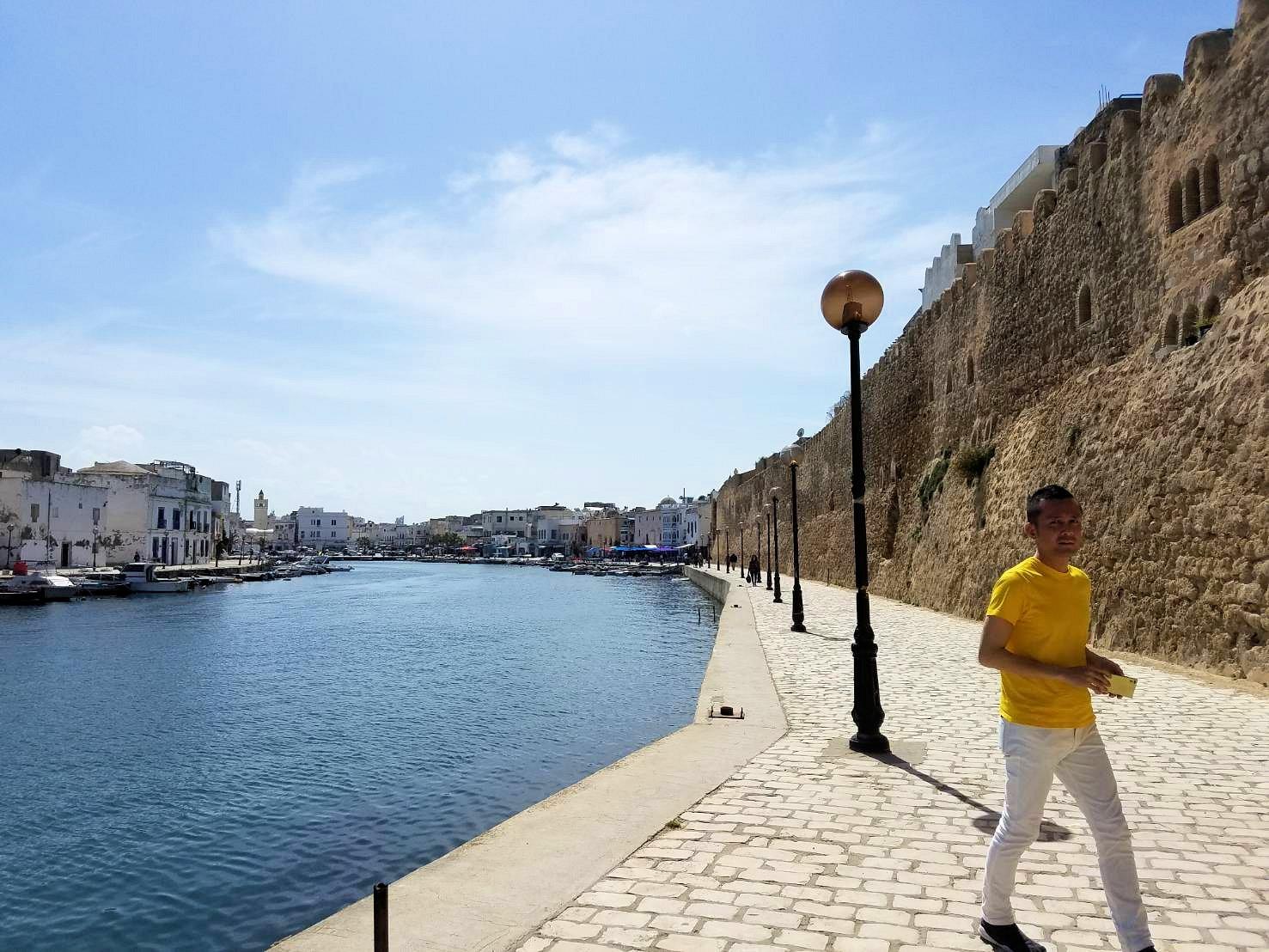 チュニジア:ビゼルトの街のカスバの城壁付近で4