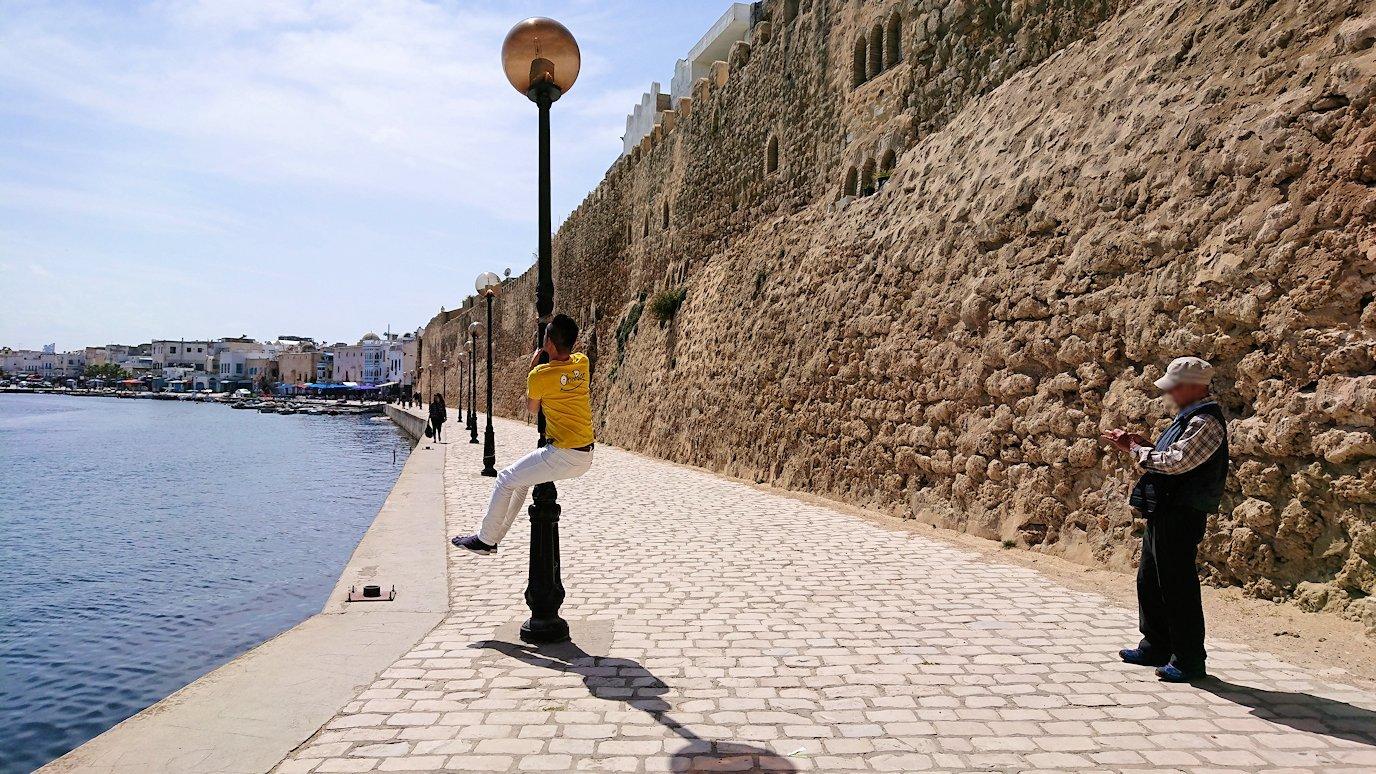 チュニジア:ビゼルトの街のカスバの城壁付近で5