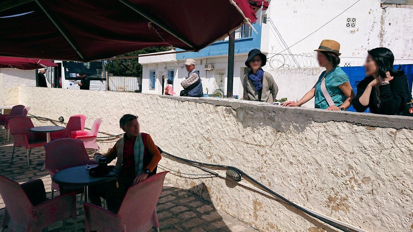 チュニジア:ビゼルトの街を満喫しバスに乗り込む3