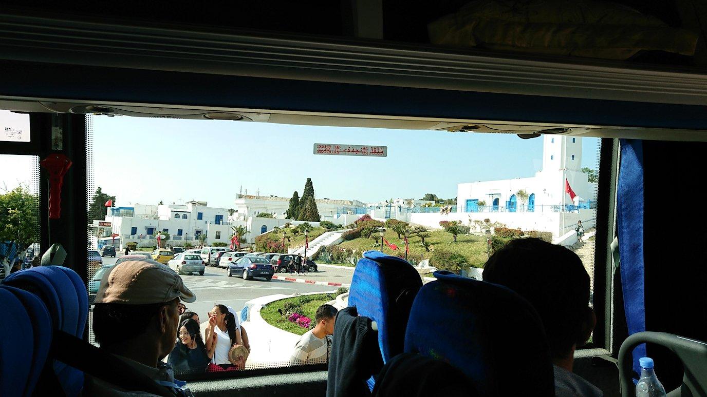チュニジア:シディ・ブ・サイドの駐車場に到着