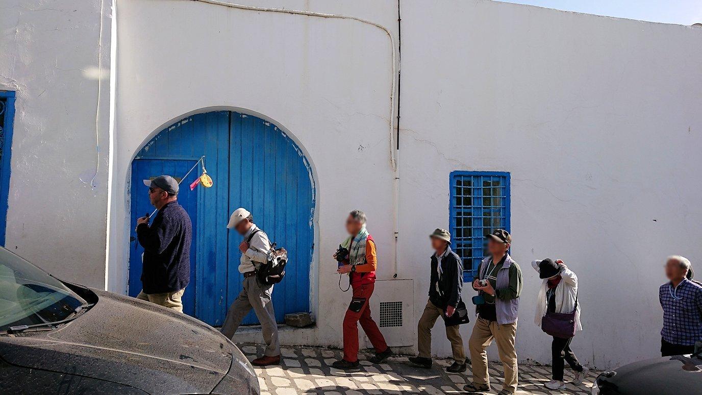 チュニジア:シディ・ブ・サイドの中心へ向かう坂を進む3