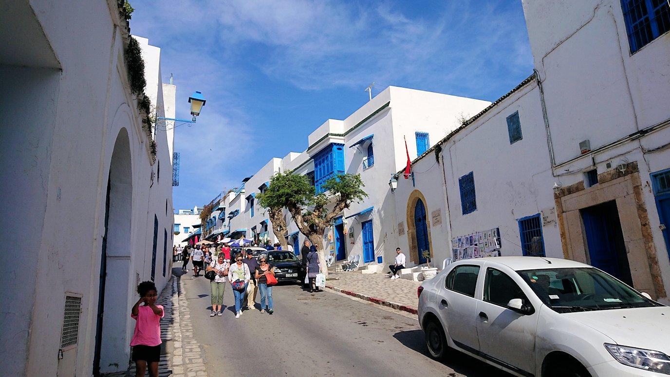 チュニジア:シディ・ブ・サイドの中心へ向かう坂を進む4