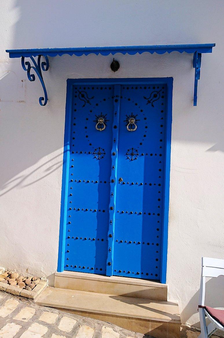 チュニジア:シディ・ブ・サイドの中心へ向かう坂を進む6