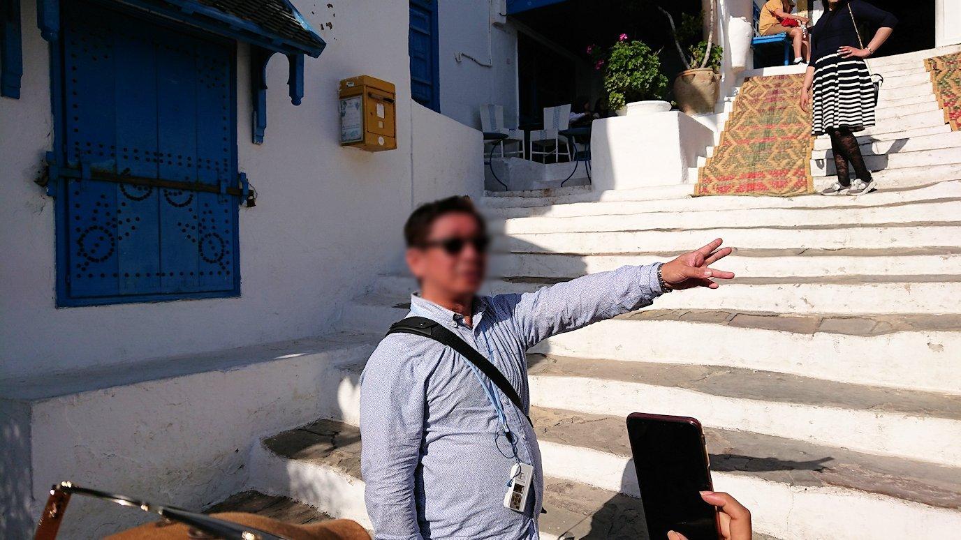 チュニジア:シディ・ブ・サイドのカフェ・デ・ナットへ入る
