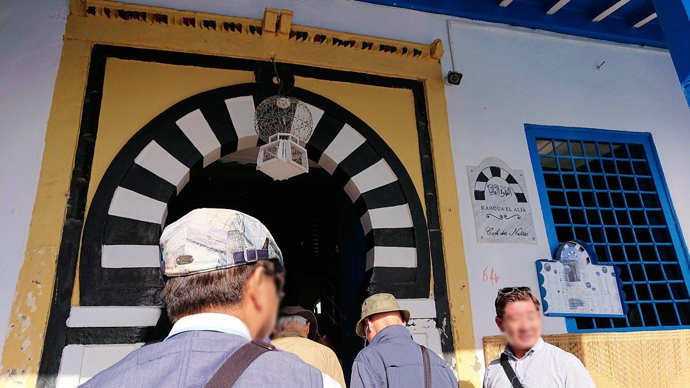 チュニジア:シディ・ブ・サイドのカフェ・デ・ナットへ入る1