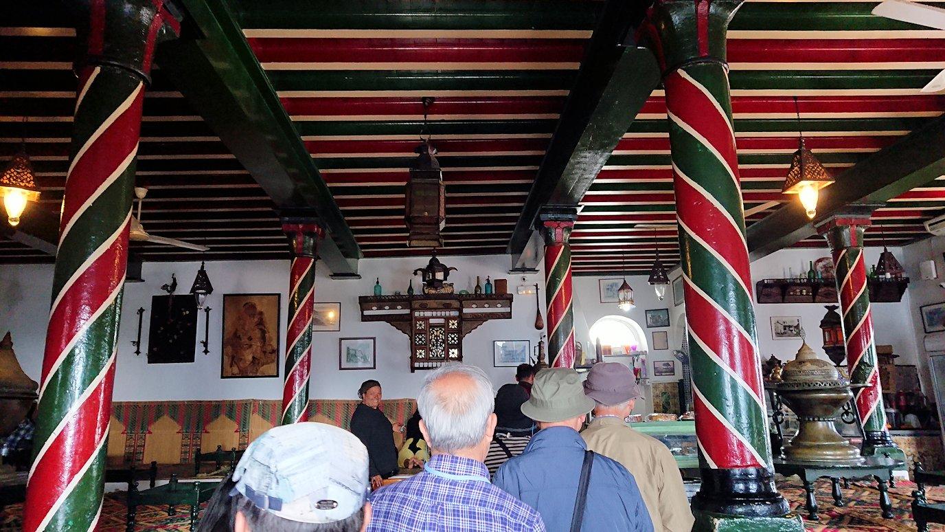 チュニジア:シディ・ブ・サイドのカフェ・デ・ナットへ入る2