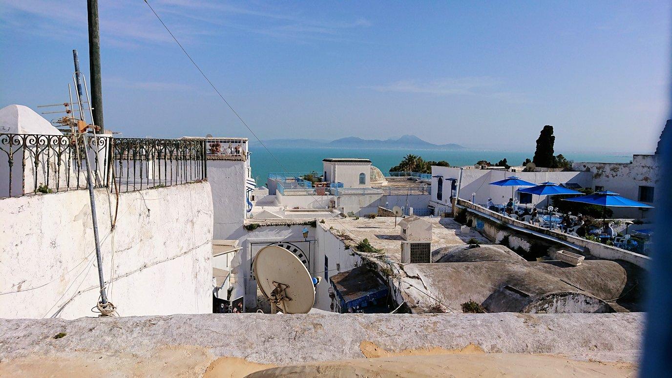 チュニジア:シディ・ブ・サイドのカフェ・デ・ナットへ入る3