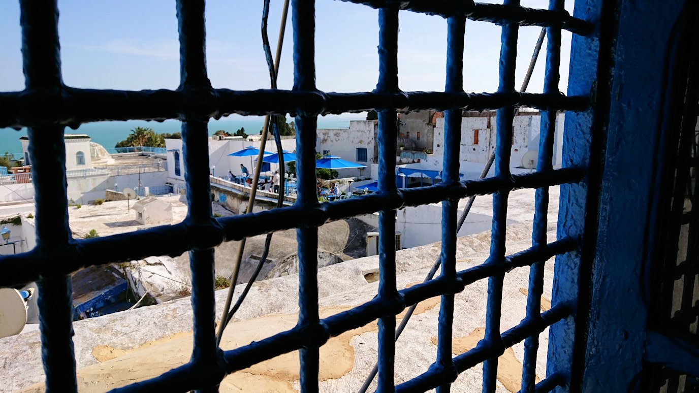 チュニジア:シディ・ブ・サイドのカフェ・デ・ナットへ入る4