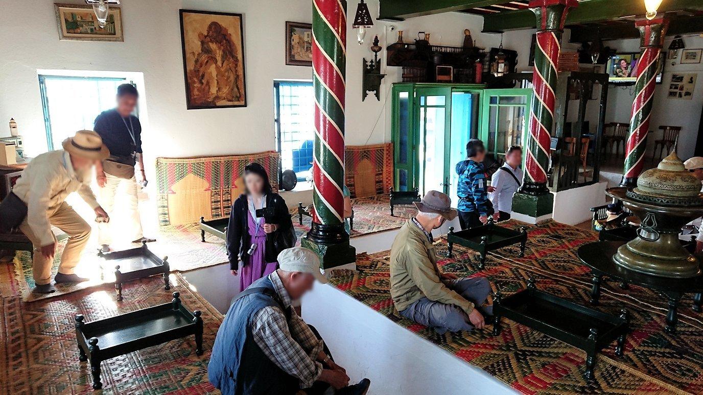 チュニジア:シディ・ブ・サイドのカフェ・デ・ナットへ入る5
