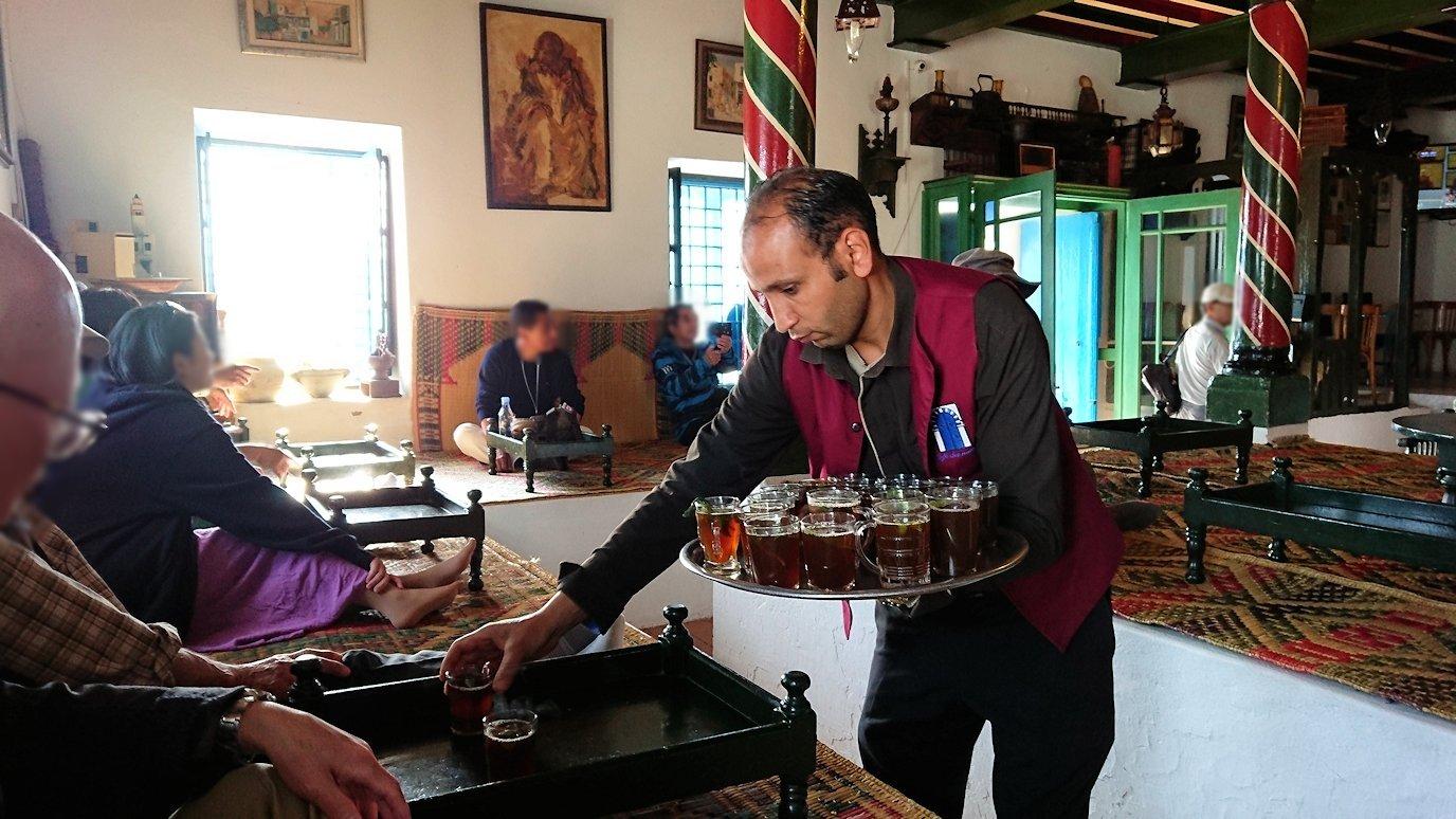 チュニジア:シディ・ブ・サイドのカフェ・デ・ナットへ入る8