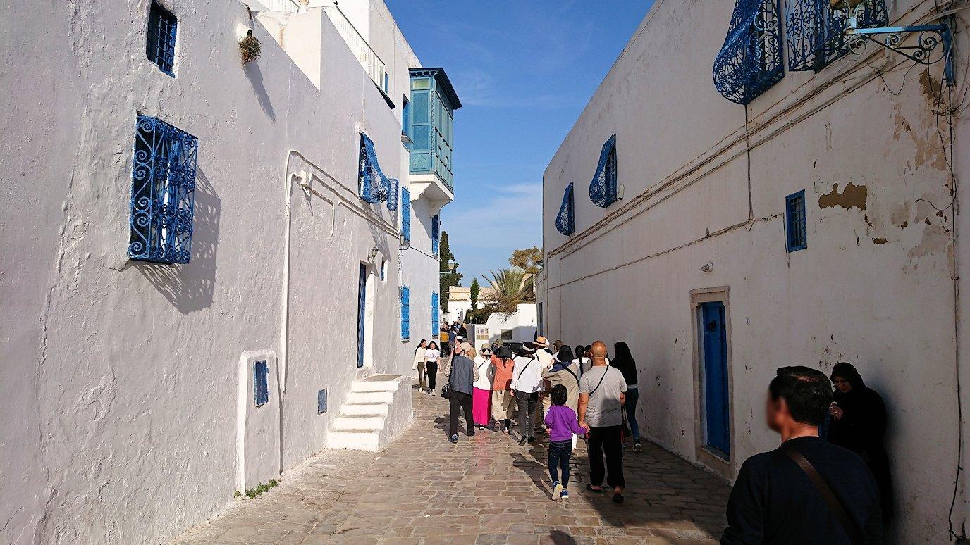 チュニジア:シディ・ブ・サイドの街を進んで行きます5