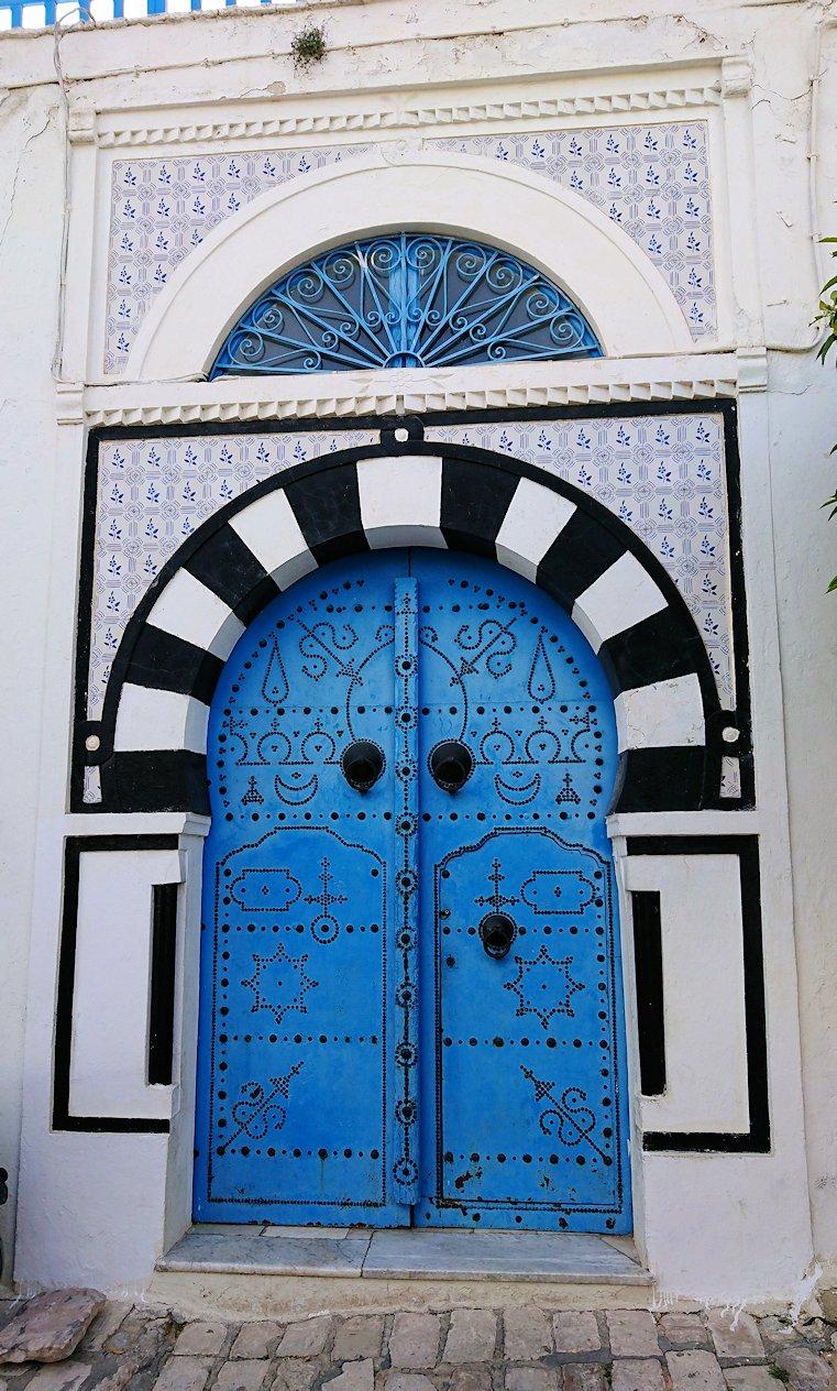 チュニジア:シディ・ブ・サイドの街を進んで行きます8