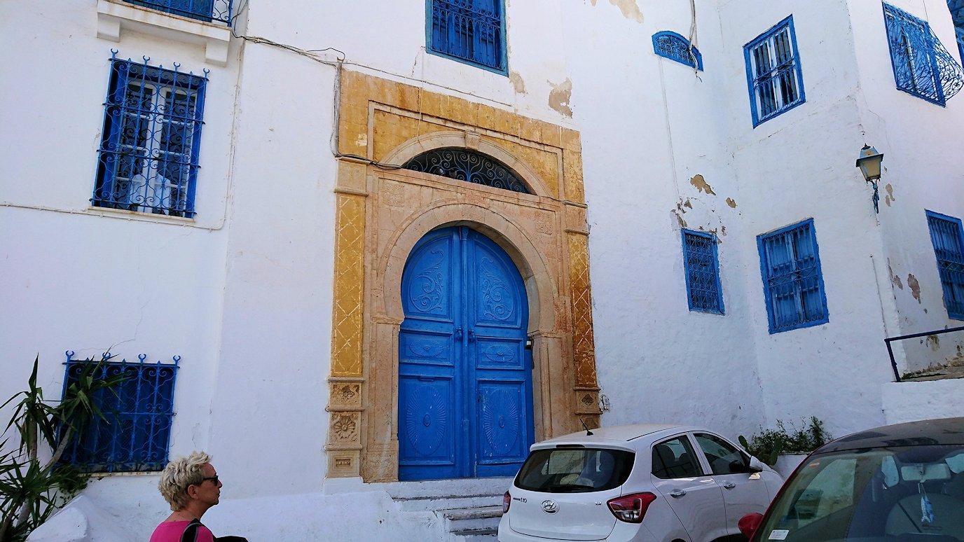 チュニジア:シディ・ブ・サイドの街を進んで絶景ポイントに向かう
