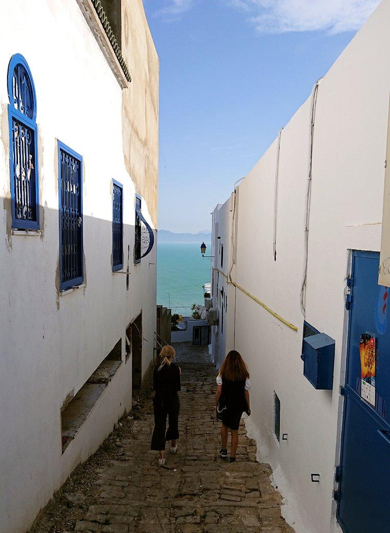 チュニジア:シディ・ブ・サイドの街を進んで絶景ポイントに向かう2