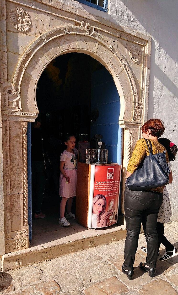 チュニジア:シディ・ブ・サイドの街を進んで絶景ポイントに向かう3