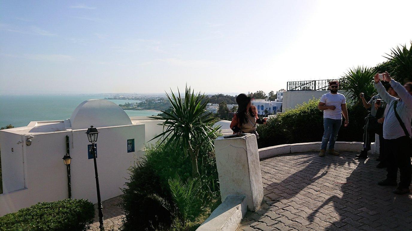 チュニジア:シディ・ブ・サイドの街を進んで絶景ポイントに向かう8