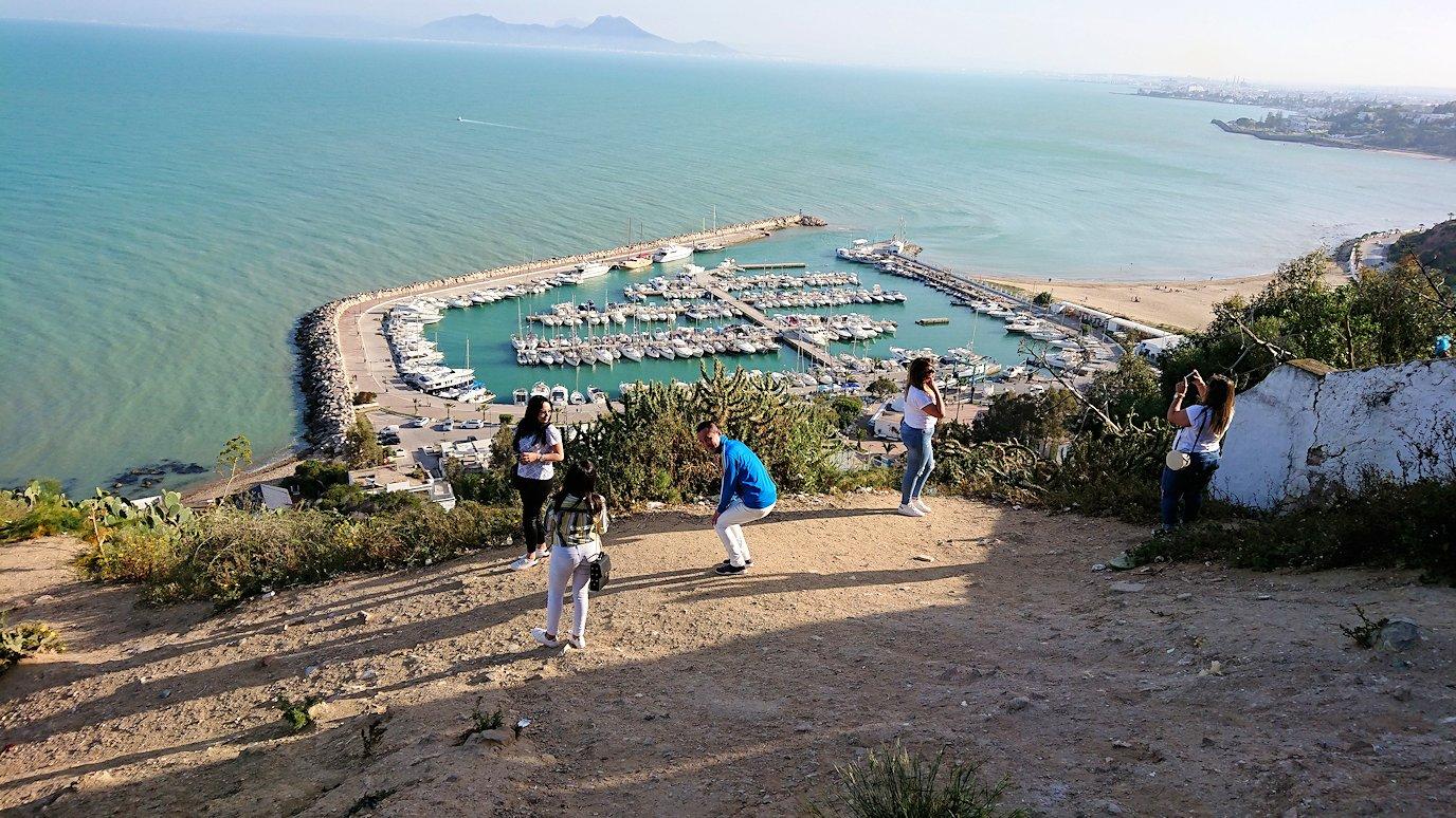 チュニジア:シディ・ブ・サイドの街の次なる絶景ポイントで写真撮影を試みる