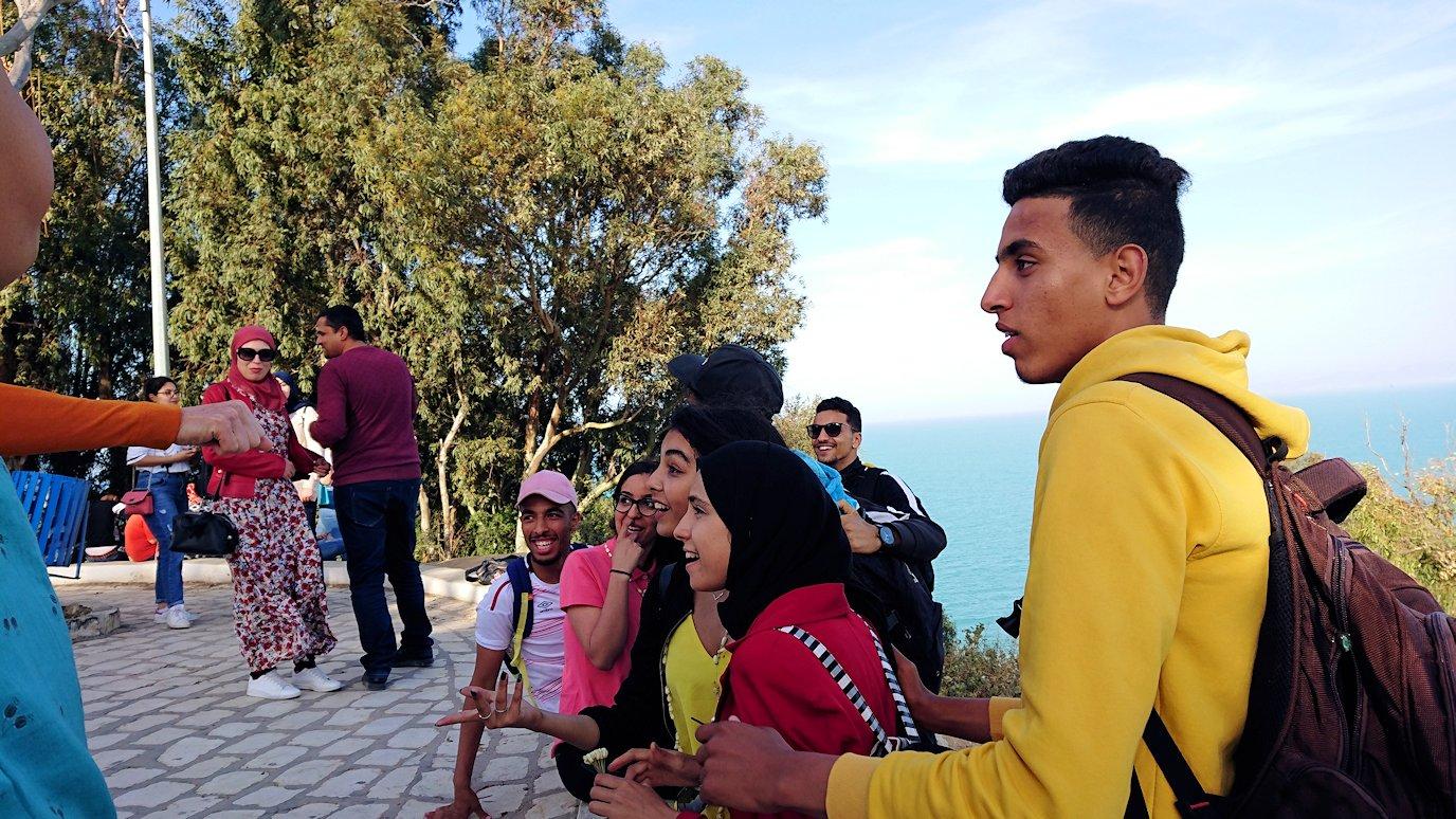チュニジア:シディ・ブ・サイドの街の次なる絶景ポイントで写真撮影を試みる3