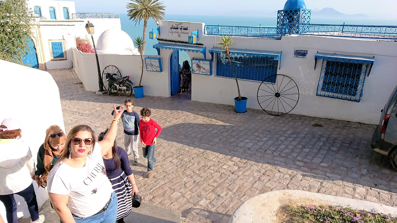 チュニジア:シディ・ブ・サイドの街の次なる絶景ポイントで写真撮影を試みる6