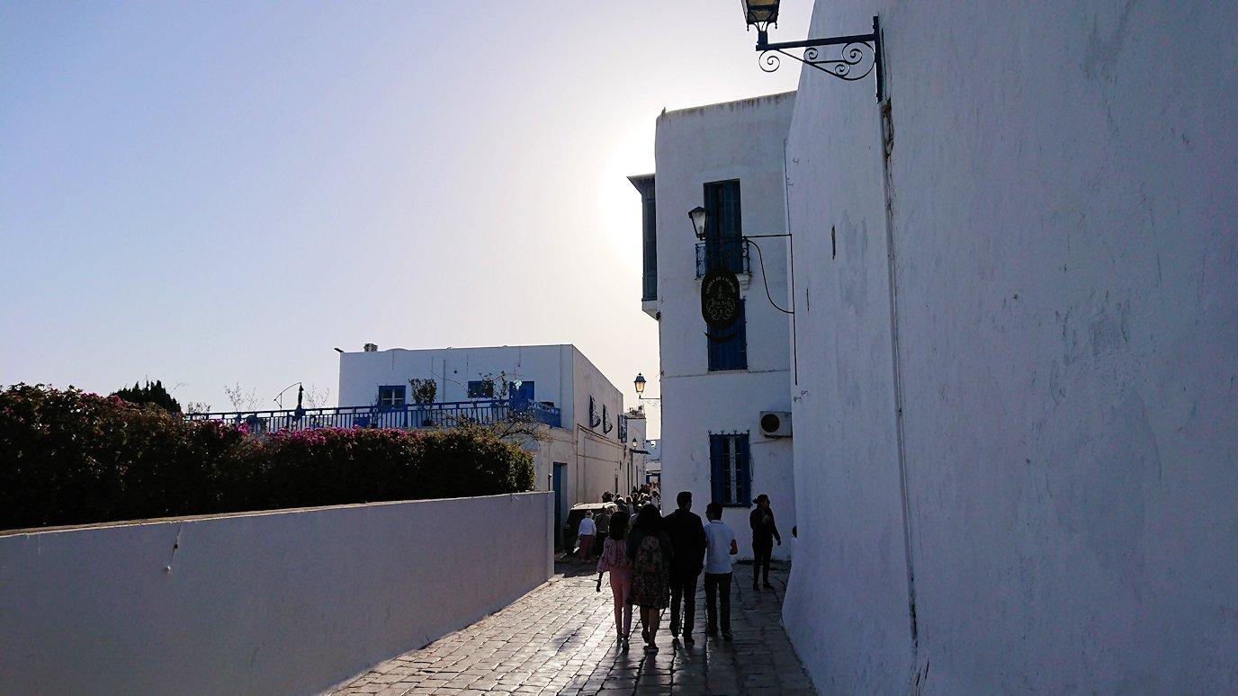 チュニジア:シディ・ブ・サイドで海岸に降りる道を進む