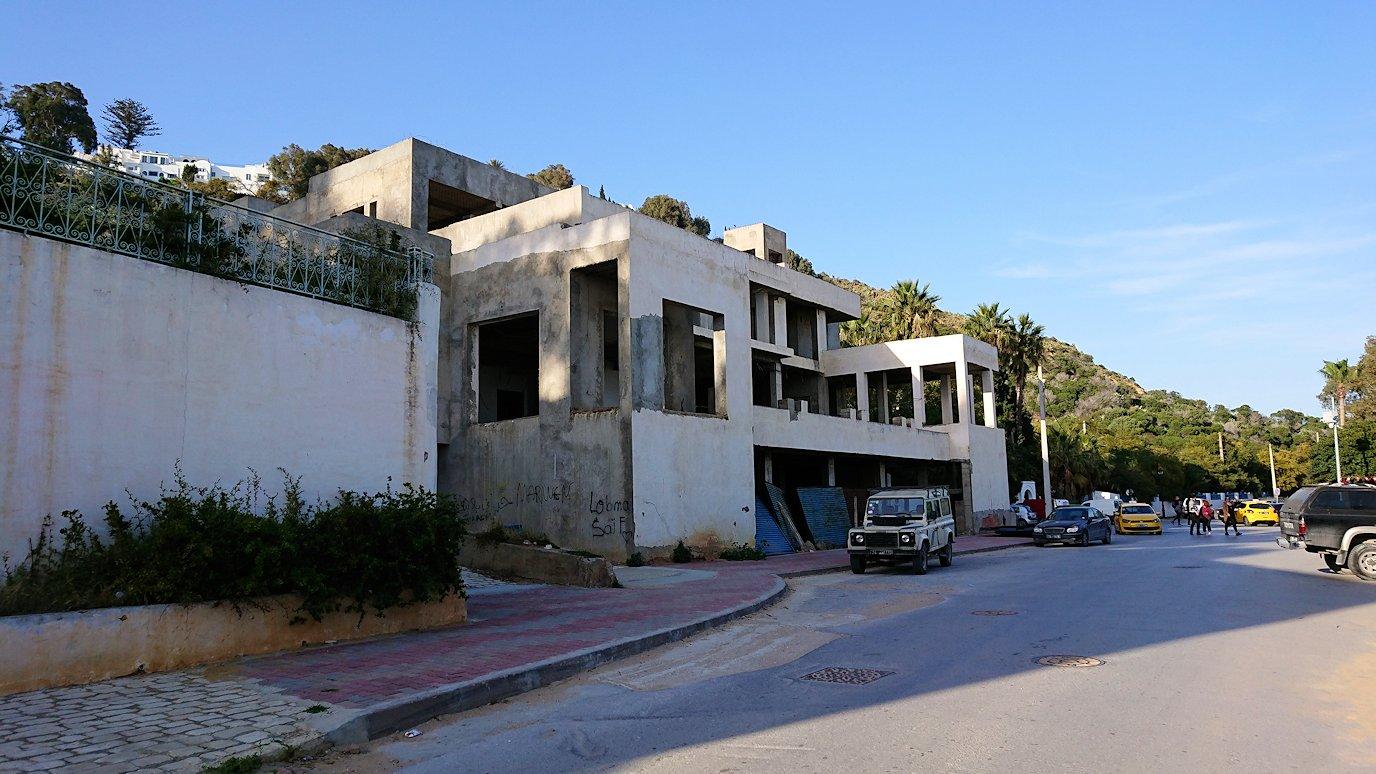 チュニジア:シディ・ブ・サイドで海岸に降りる道を進む9
