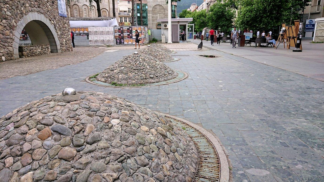 北マケドニアのスコピエ市内にあるマザーテレサ記念館に入る2