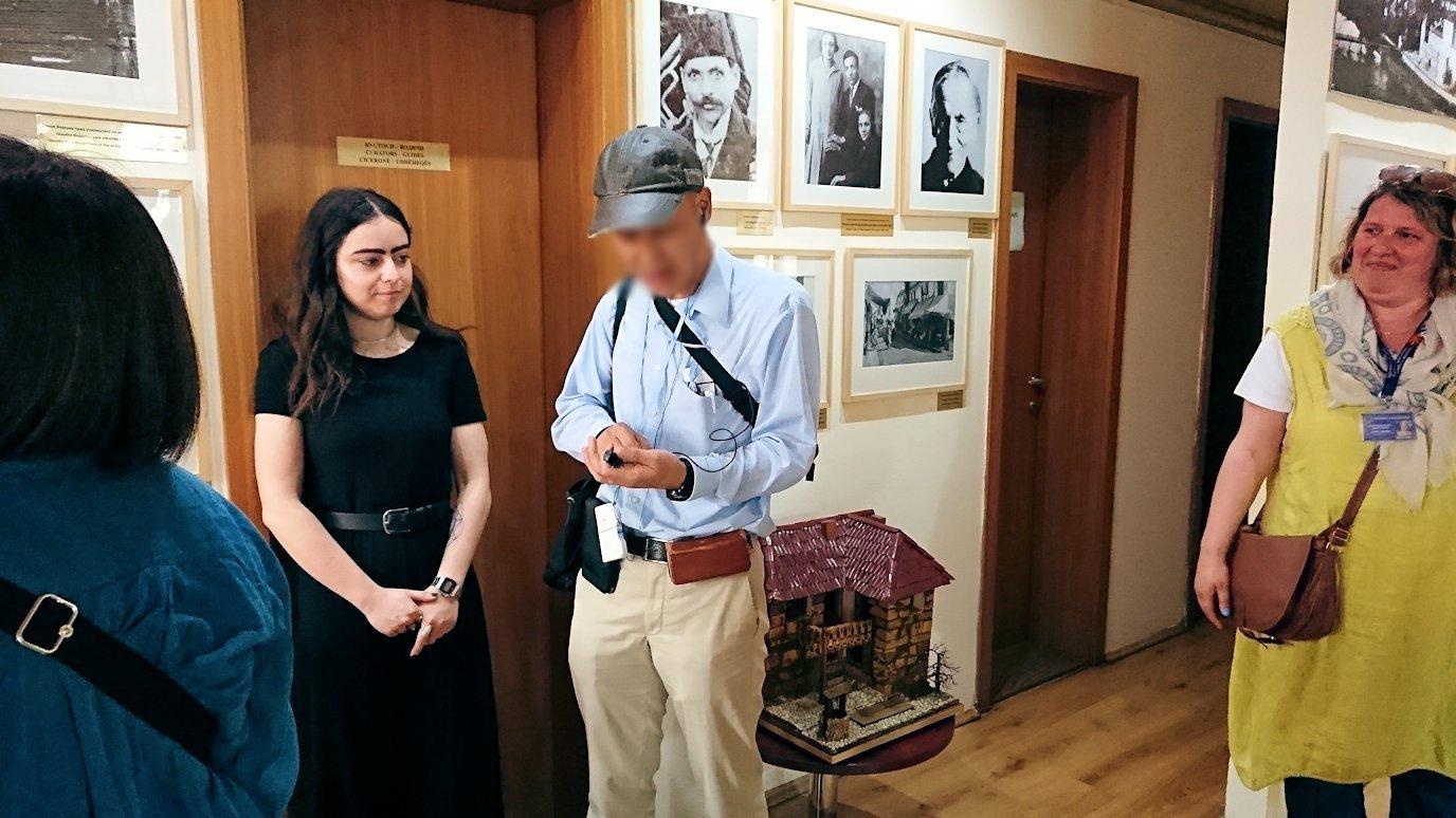 北マケドニアのスコピエ市内にあるマザーテレサ記念館に入る9