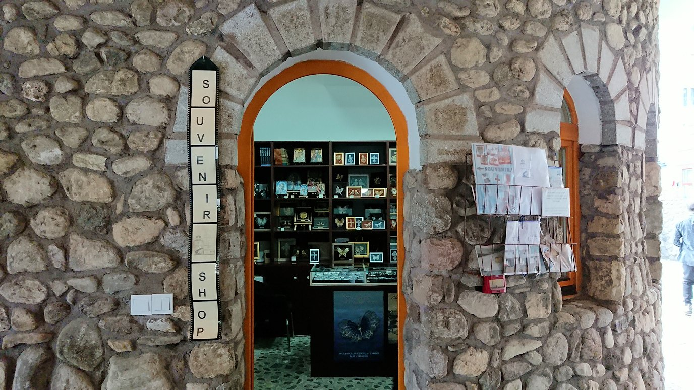 北マケドニアのスコピエ市内にあるマザーテレサ記念館の見学が終了する1