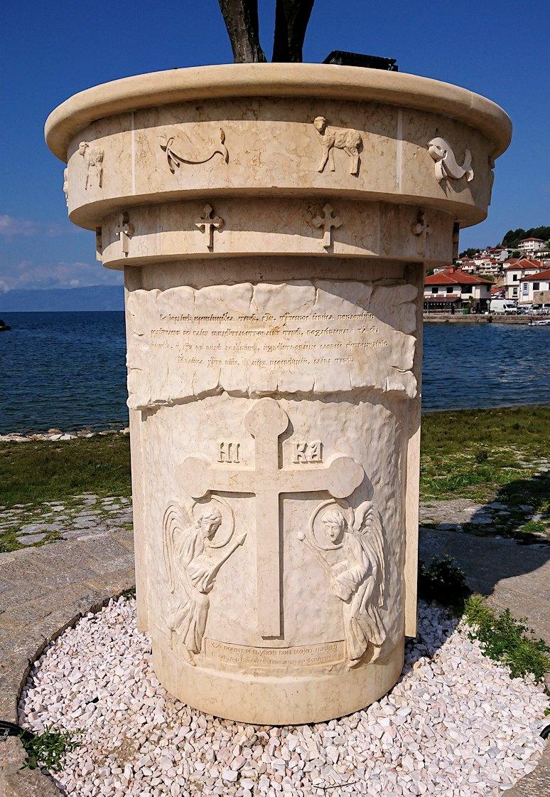 北マケドニアのオフリド湖遊覧終了しオフリドの街の港にて犬と戯れる2