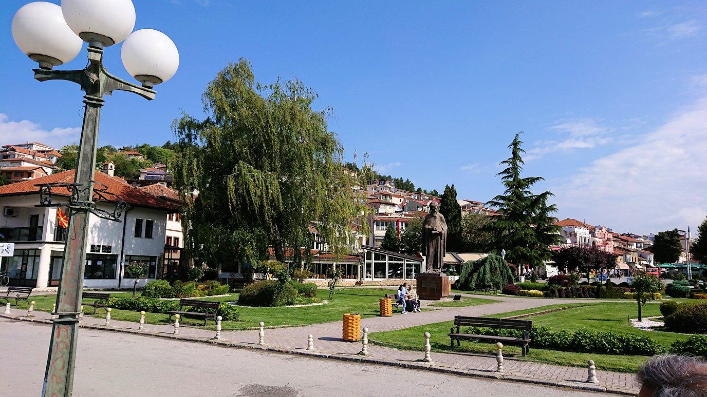 北マケドニアのオフリド湖遊覧終了しオフリドの街の港にて犬と戯れる3