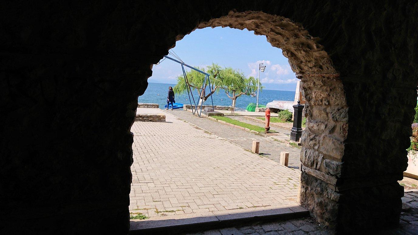 北マケドニアのオフリド湖遊覧終了しオフリドの街を歩いて聖ソフィア教会を目指す4