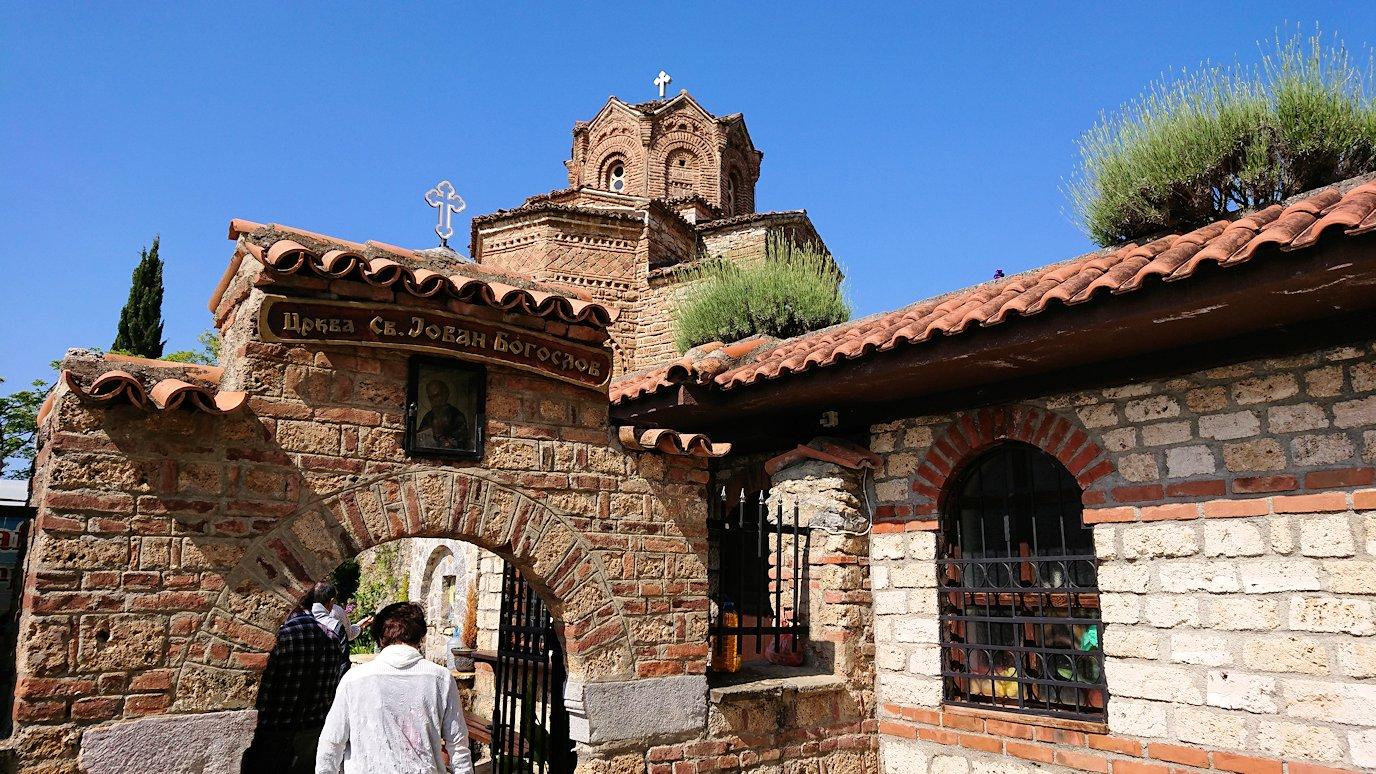 北マケドニアのオフリドで聖ヨハネ・カネオ教会に到着1