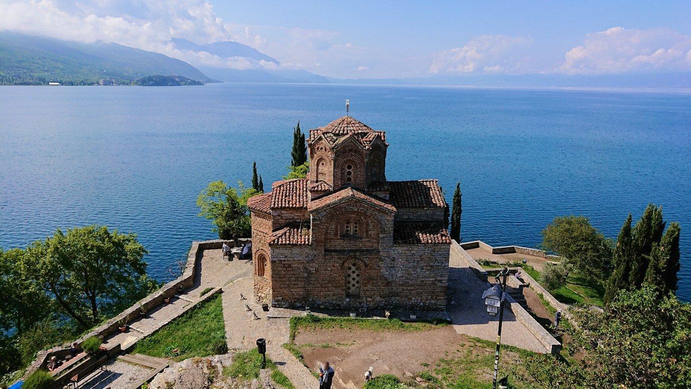北マケドニアのオフリドで聖ヨハネ・カネオ教会付近で記念撮影