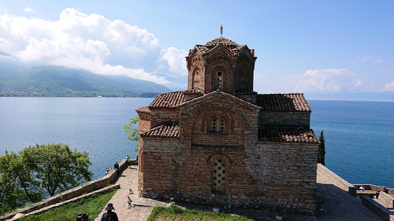 北マケドニアのオフリドで聖ヨハネ・カネオ教会付近ではしゃぐワンちゃん3