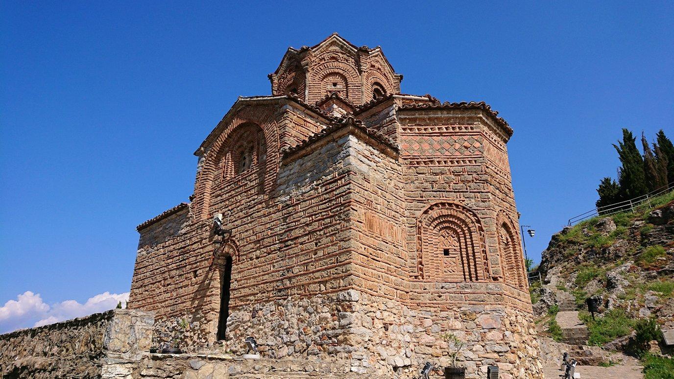 北マケドニアのオフリドで聖ヨハネ・カネオ教会からまた歩いていく