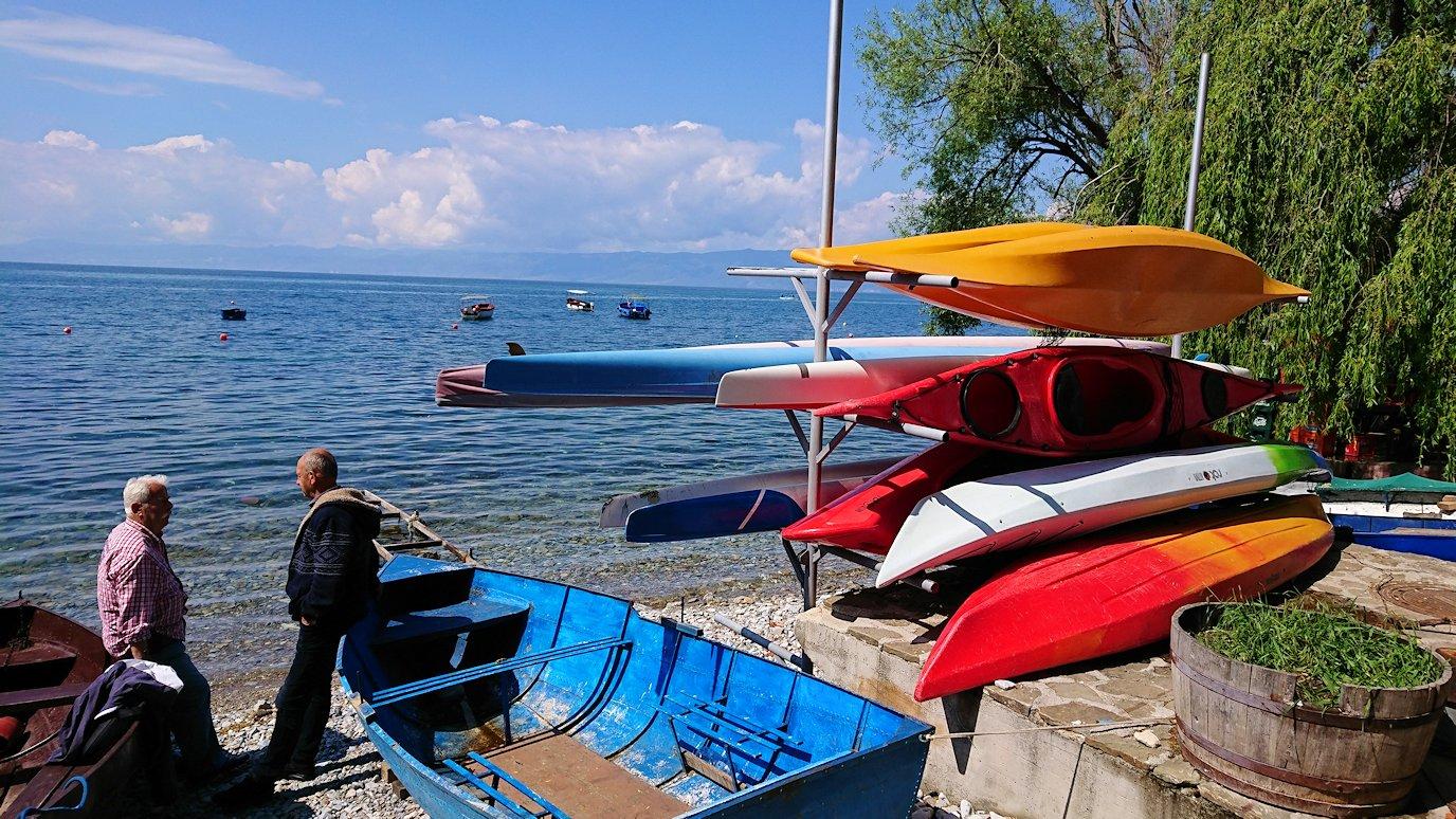 北マケドニアのオフリドで湖岸沿いを進む4