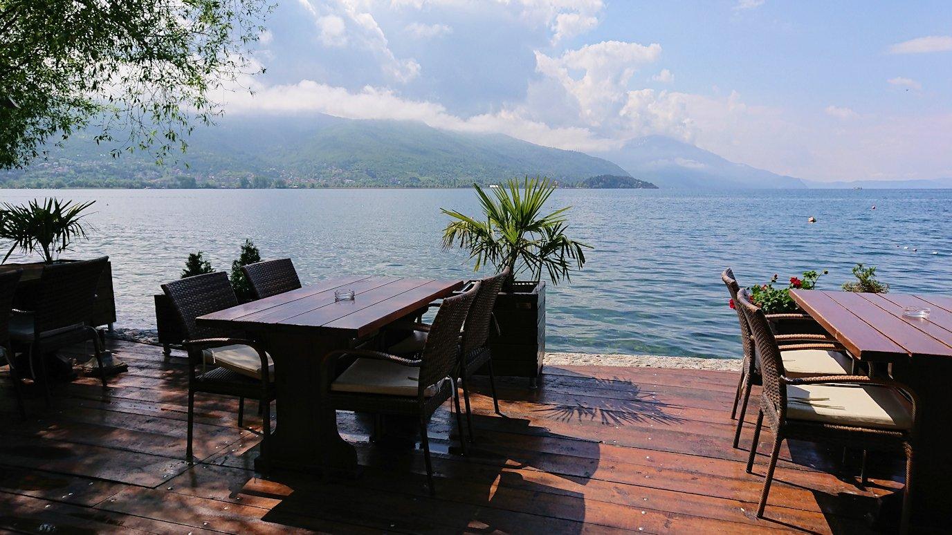 北マケドニアのオフリドで湖岸沿いを進む5