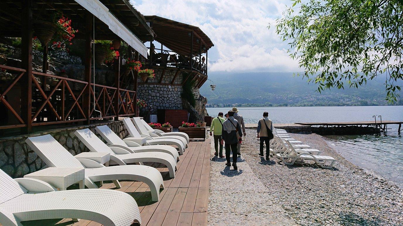 北マケドニアのオフリドで湖岸沿いを進む8