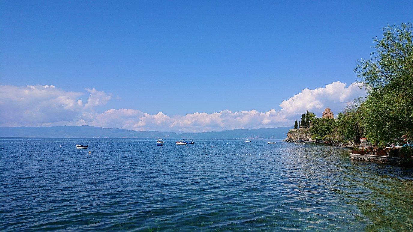 北マケドニアのオフリドで湖岸沿いを進む9