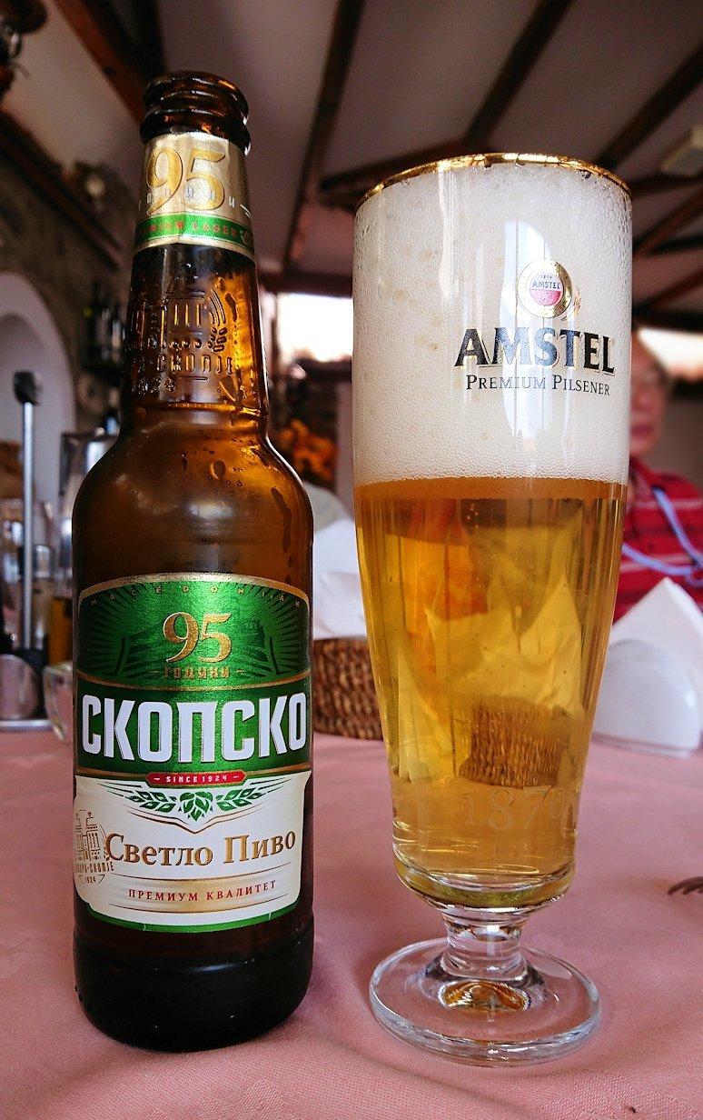 北マケドニアのオフリドのレストランで昼食を1
