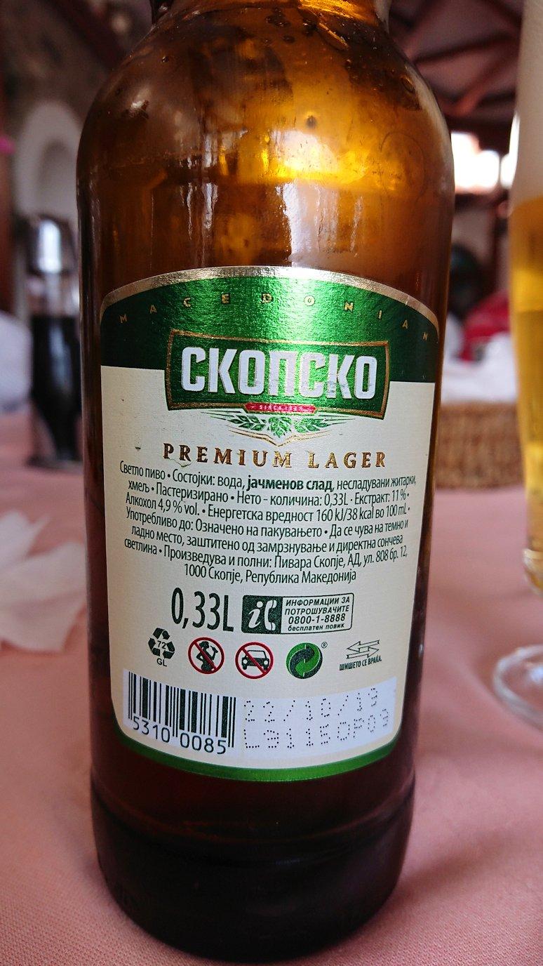 北マケドニアのオフリドのレストランで昼食を2
