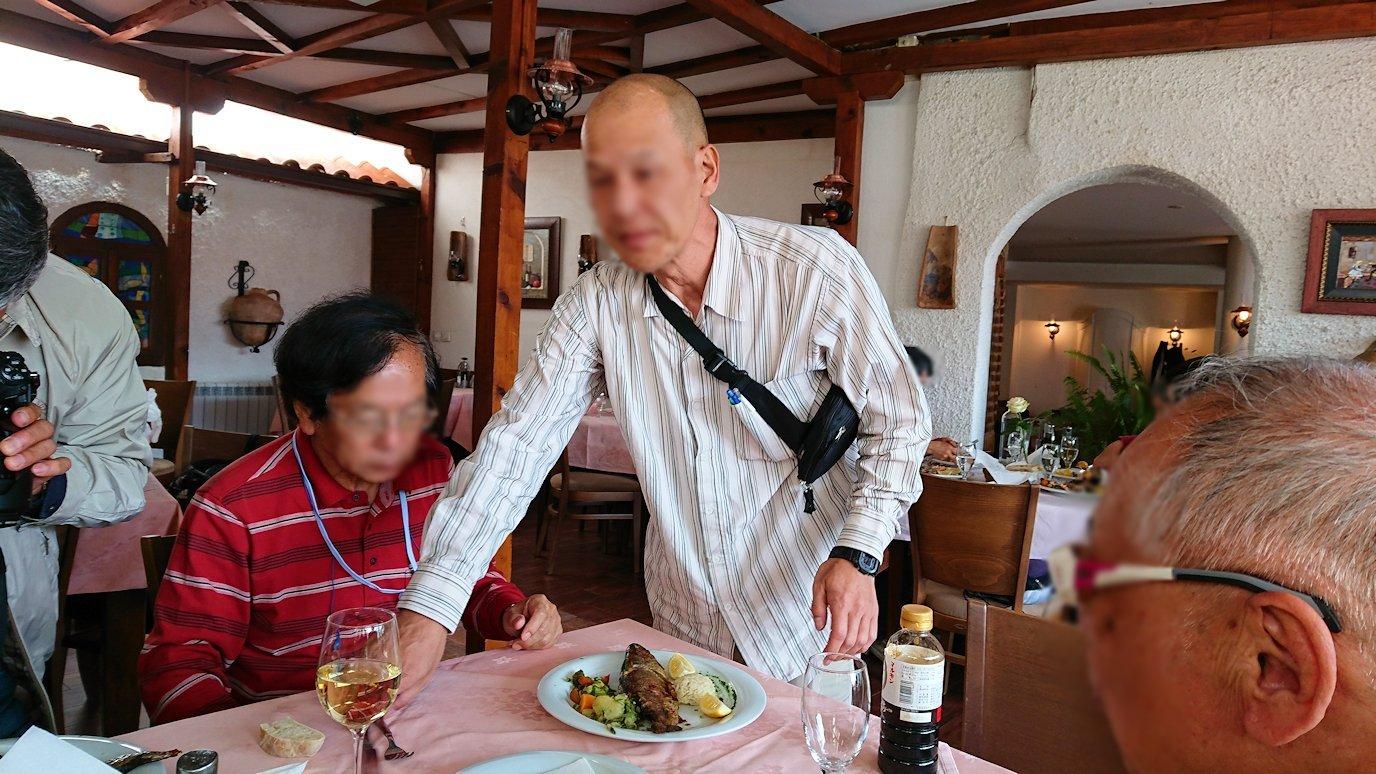 北マケドニアのオフリドのレストランで昼食を5