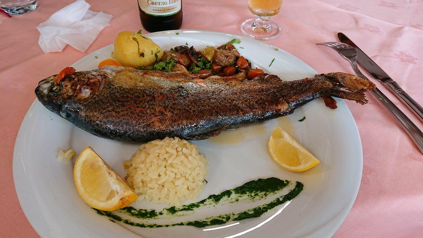 北マケドニアのオフリドのレストランで昼食を6