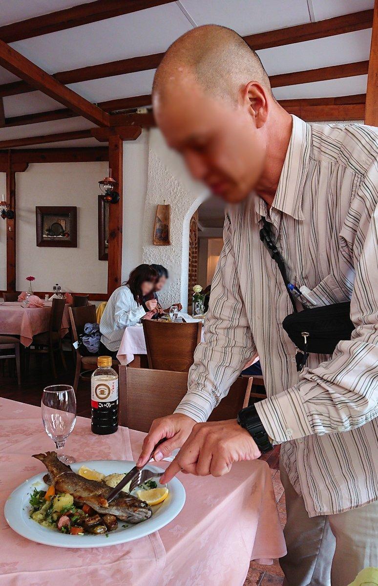 北マケドニアのオフリドのレストランで昼食を7