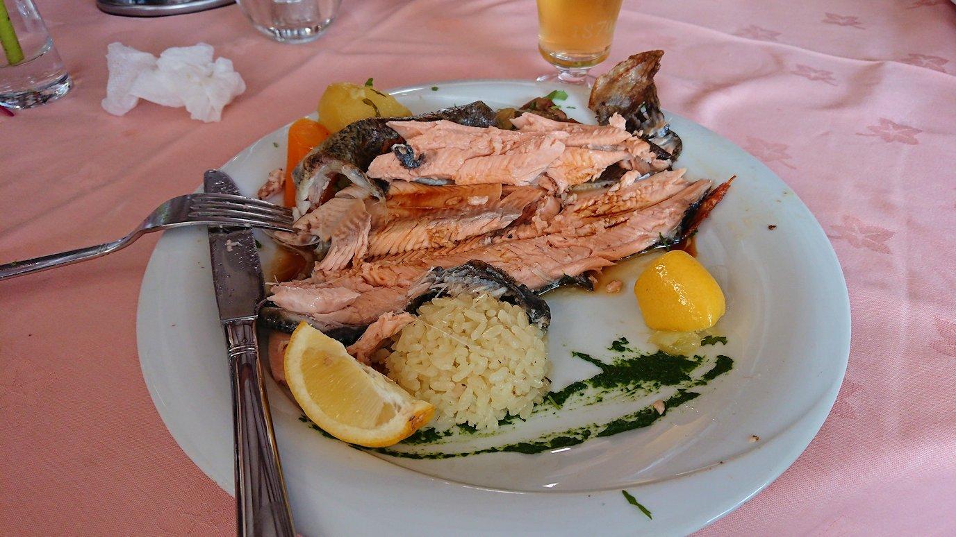 北マケドニアのオフリドのレストランで昼食を8